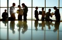 Grupa ludzi podczas spotkania - link do konsultacji społecznych