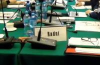 Tabliczki z napisem Radni - link do artykuły dotyczącego terminów posiedzeń komisji