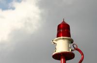 Lampa ostrzegawcza na tle nieba - link do artykułu z ostrzeżeniami meteorologicznymi